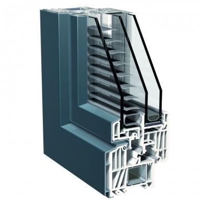 Kunststoffenster mit äußerer Aluminiumbeplankung sowie im Verbundflügel liegender Jalousette.